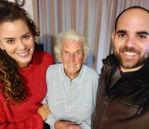 """Una ex reina de belleza boricua """"adopta"""" a una anciana de 91 años en Nueva Zelanda"""