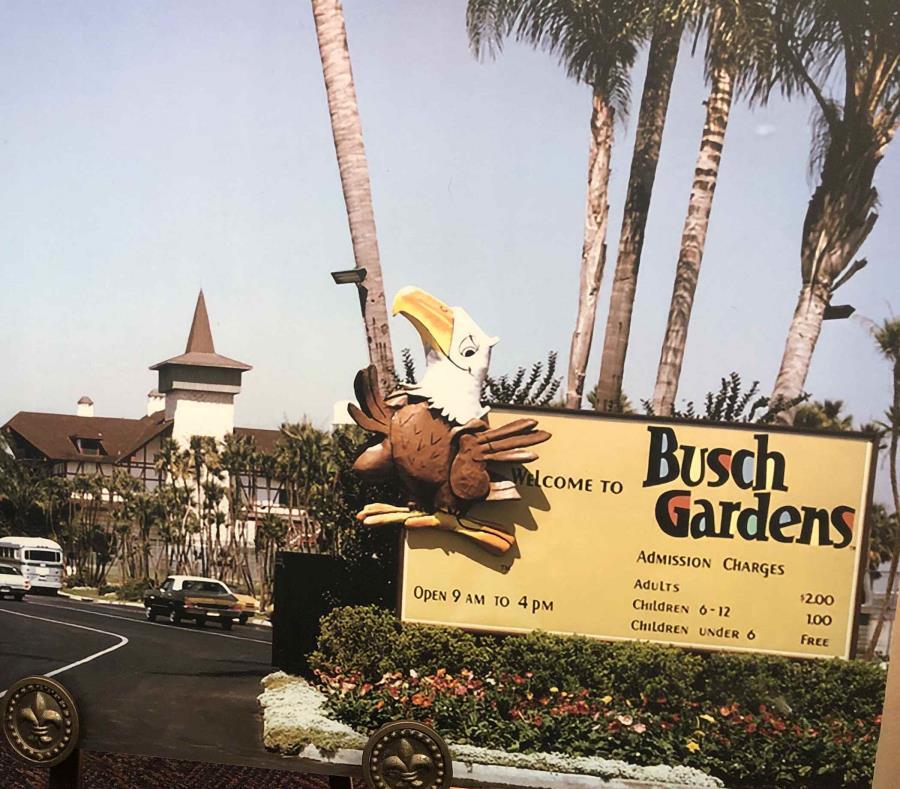 Afiche conmemorativo que muestra cómo era la entrada a Busch Gardens en 1959. (Gregorio Mayí / Especial para GFR Media) (semisquare-x3)