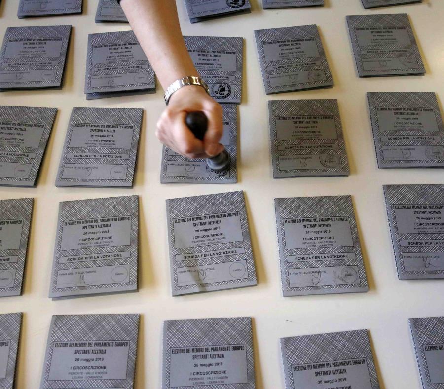 Papeletas en preparación para las Elecciones Europeas del domingo en Rozzano, cerca de Milán, en Italia. (AP/Antonio Calanni) (semisquare-x3)
