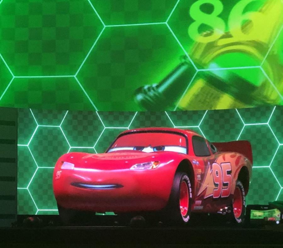 En una carrera donde los demás componentes están virtuales, en las pantallas de 17 pies de alto alrededor del teatro, Lightning McQueen está en tamaño de auto regular. (semisquare-x3)