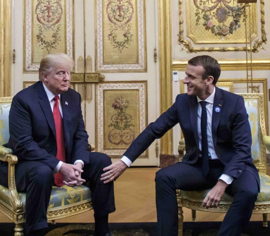 El presidente francés Emmanuel Macron coloca su mano sobre la rodilla de su homólogo estadounidense Donald Trump. (semisquare-x3)