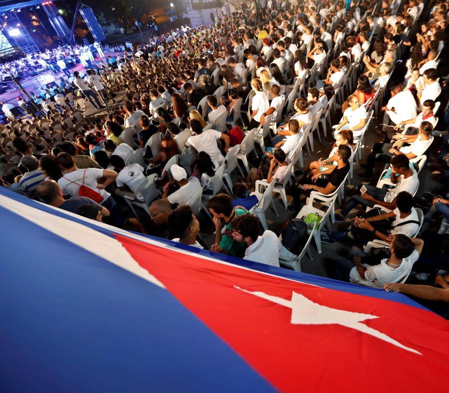 Universitarios participan de una velada conmemorativa en la Universidad de La Habana. (EFE / Ernesto Mastrascusa) (semisquare-x3)