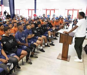Pedro Martínez promueve la educación ante jóvenes de la academia de béisbol de Carlos Beltrán