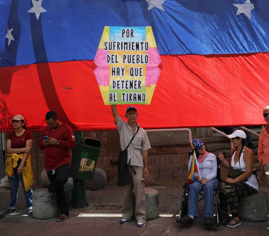 Opositores al gobierno de Nicolás Maduro aguardan el arribo del dirigente opositor Juan Guaidó a un acto en Caracas, Venezuela. (AP/Rodrigo Abd) (semisquare-x3)