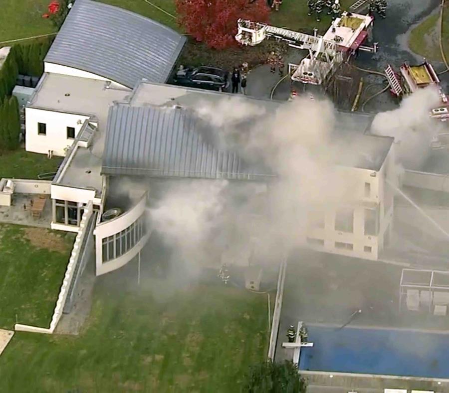 En esta imagen tomada de un video proporcionado por WABC, se muestra a los bomberos combatir un incendio fatal el martes 20 de noviembre de 2018, en Colts Neck, Nueva Jersey. (WABC vía AP) (semisquare-x3)