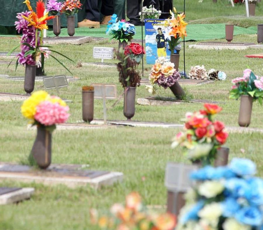 En la imagen se observa un grupo de floreros de bronce en un cementerio. (GFR Media) (semisquare-x3)
