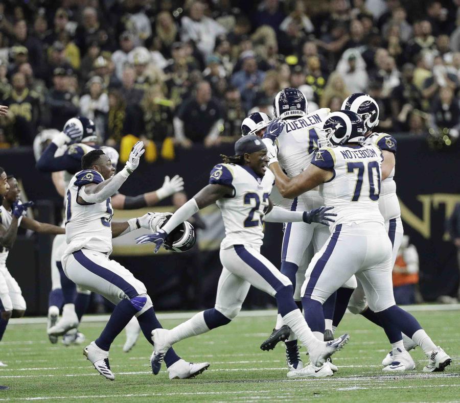 Los jugadores de Rams celebran ante su victoria. (AP) (semisquare-x3)