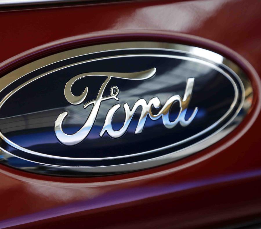 Esta fotografía de archivo del 15 de febrero de 2018 muestra el logotipo de Ford en un vehículo en el Pittsburgh Auto Show en Pittsburgh. (semisquare-x3)