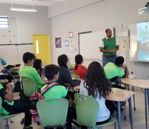 Estudiantes participan en conferencias relacionadas al ambiente
