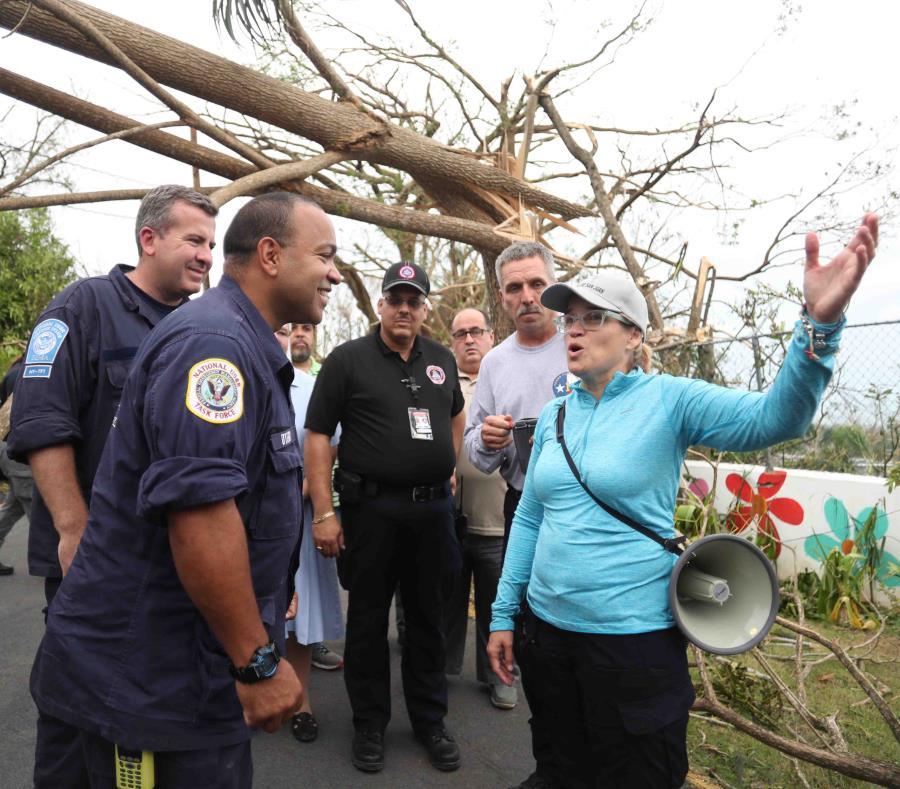 La alcaldesa de San Juan, Carmen Yulín Cruz, visitó el sector Santa Teresita junto a personal de FEMA tras el paso del huracán María. (GFR Media) (semisquare-x3)