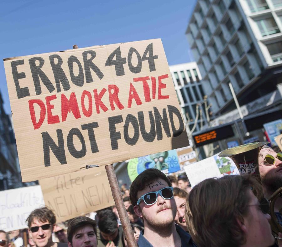 Uno de los manifestantes cargaba una pancarta que decía