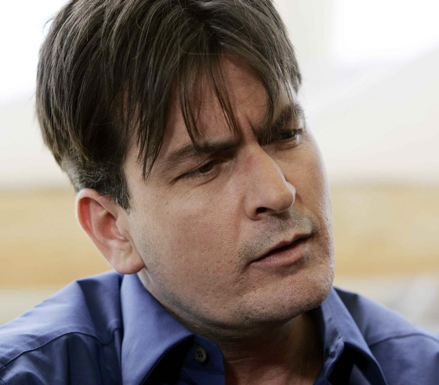 Charlie Sheen pide a