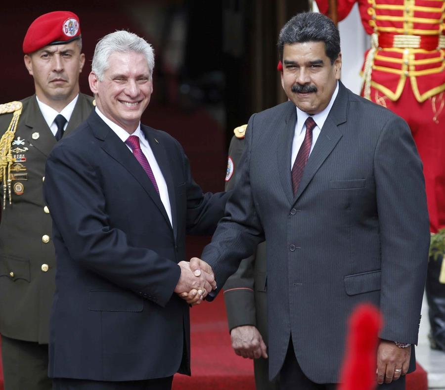 El presidente cubano Miguel Díaz-Canel fue recibido por el reelecto presidente de Venezuela Nicolás Maduro. (AP / Ariana Cubillos) (semisquare-x3)
