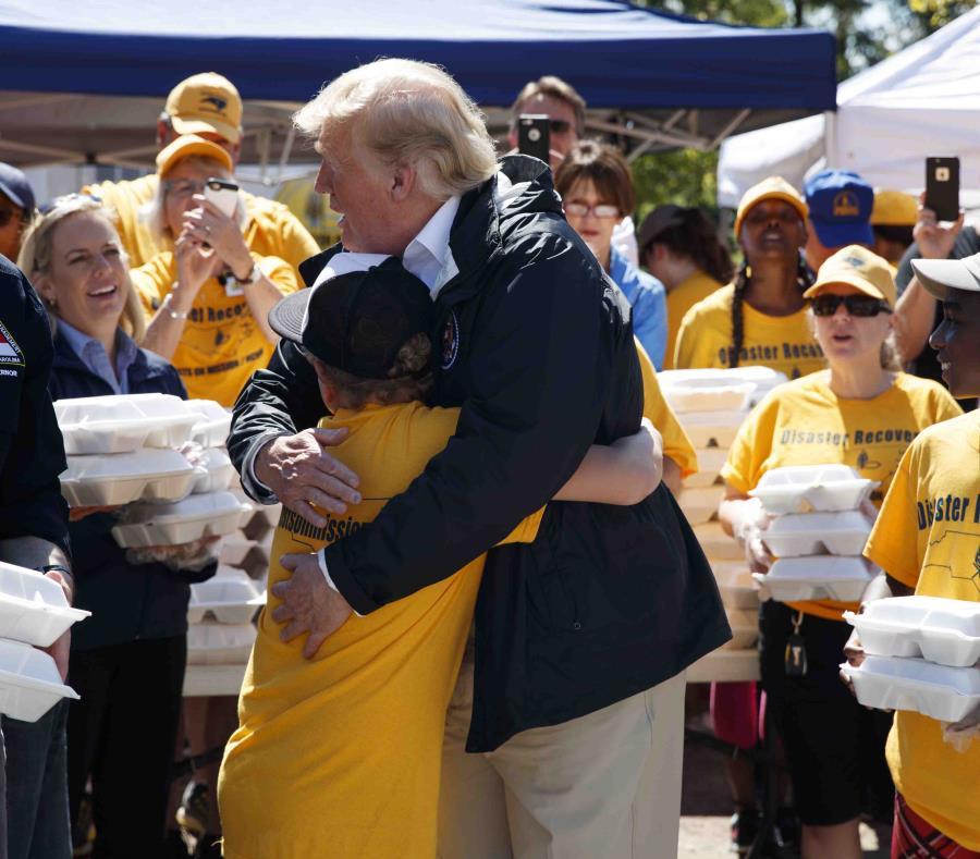 Donald Trump abraza a un niño durante una entrega de comidas en una iglesia bautista en New Bern, Carolina del Norte. (AP) (semisquare-x3)