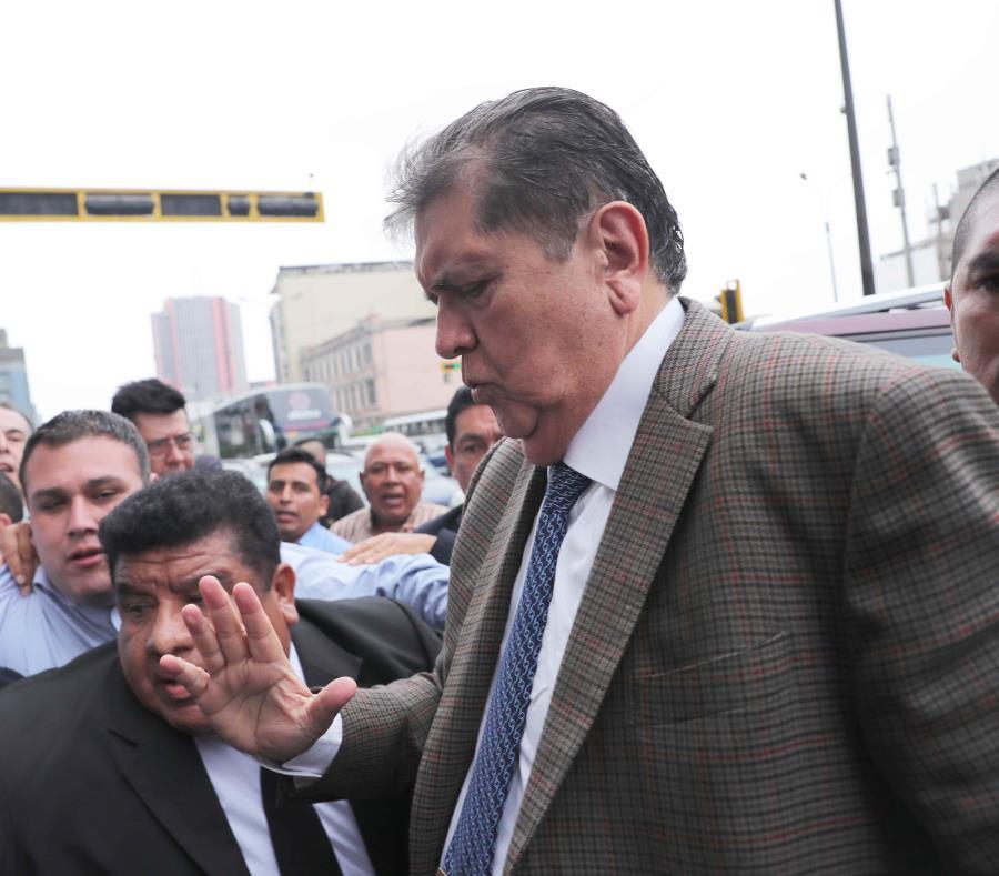 Alan García llevaba un arma minutos antes de quitarse la vida