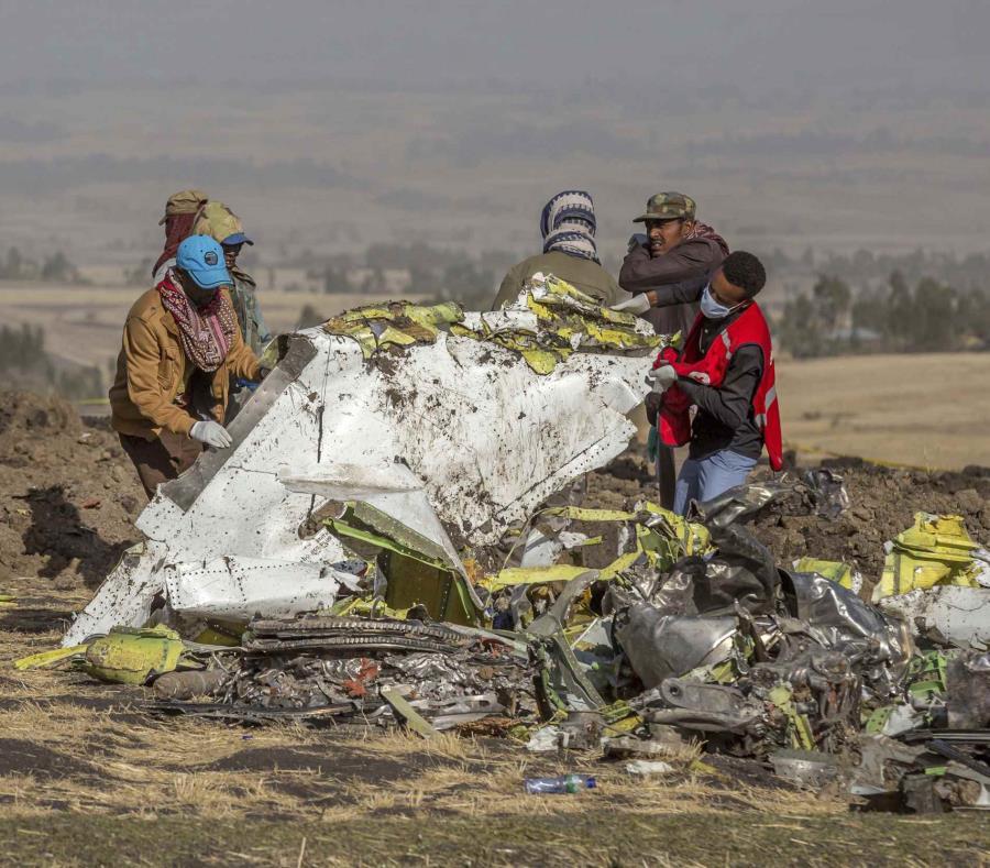 Rescatistas trabajan el pasado 11 de marzo entre los escombros de un avión de Ethiopian Airlines que se estrelló. (AP) (semisquare-x3)