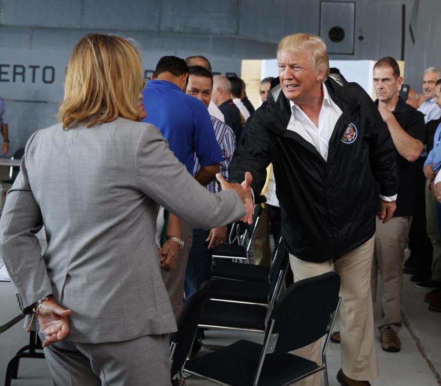 Trump saluda a Cruz durante su visita a Puerto Rico el pasado octubre. (AP) (semisquare-x3)