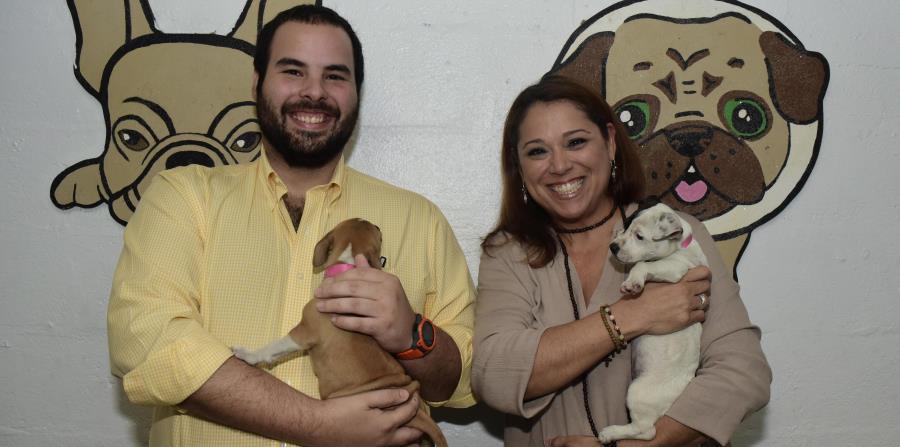Álvaro Rodríguez, gerente de marca de  de V. Suárez & Co. y Maritza Rodríguez, directora de Humane Society Puerto Rico, se unen para el evento evento Tito's Handmade Vodka SunnySide Brunch and Picnic. (horizontal-x3)