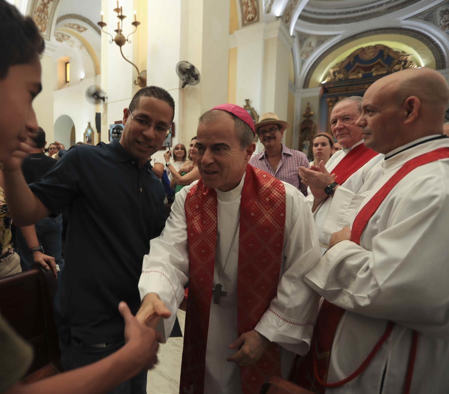 El esposo de la fenecida periodista Keylla Hernández, Robin Rodríguez, participó de la misa. (semisquare-x3)