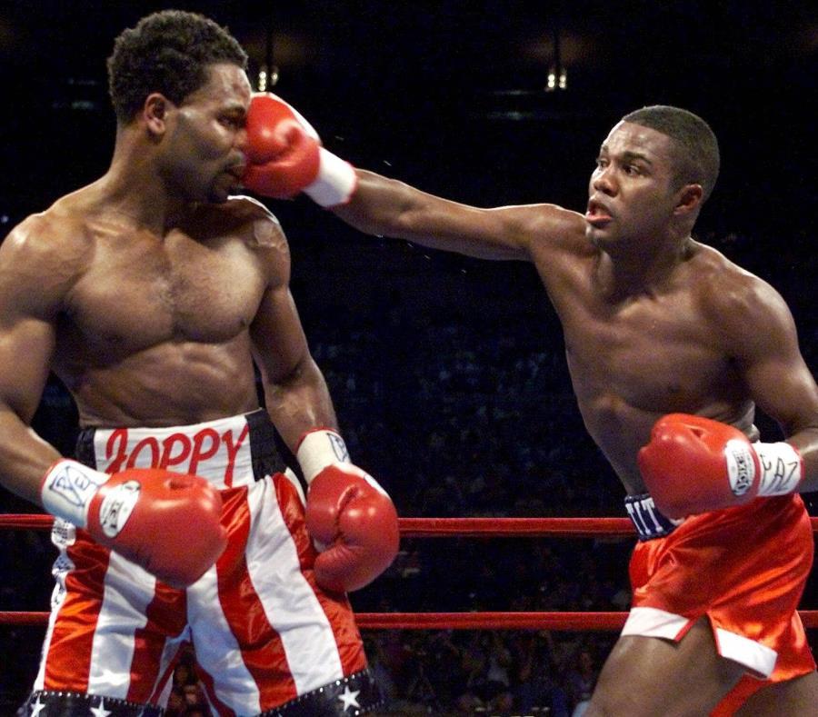 """Félix """"Tito"""" Trinidad (derecha) golpea a William Joppy durante la pelea del 12 de mayo de 2001 en el Madison Square Garden de Nueva York. (GFR Media) (semisquare-x3)"""