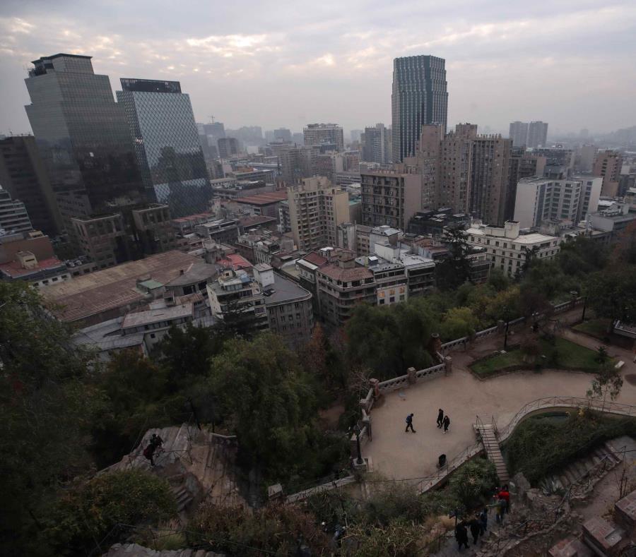 Santiago de Chile ocupa el lugar 20 dentro de las 62 capitales más contaminadas del mundo, según el reporte Greenpeace/AirVisual. (semisquare-x3)