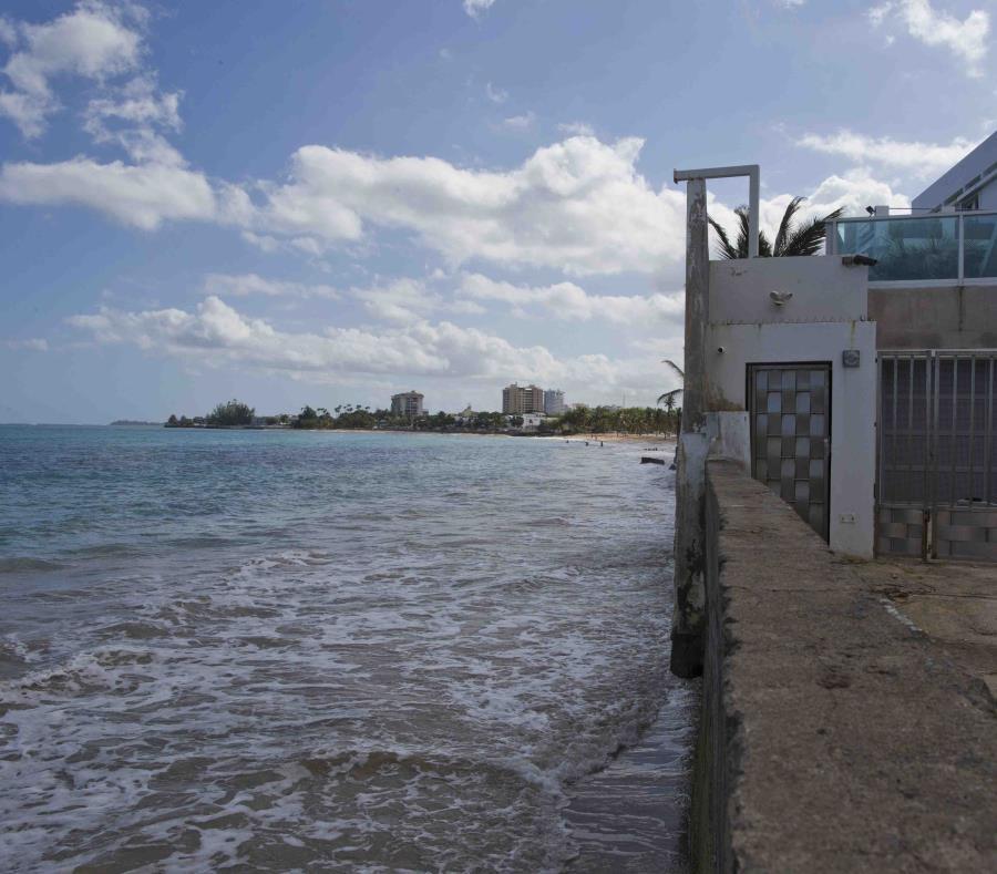 Imagen del año 2015 del muro que divide el mar de Ocean Park de algunas de las residencias ubicadas en la calle Málaga. Las playas de San Juan son algunas de las más afectadas por la erosión costera. (semisquare-x3)