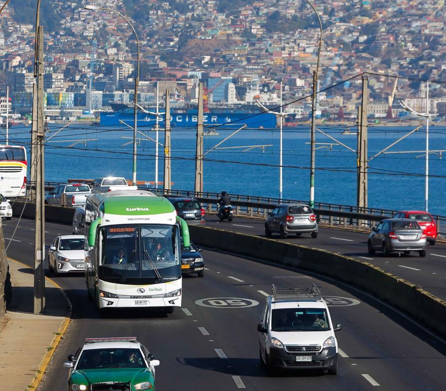 En la imagen un bus eléctrico transita las vías de Santiago