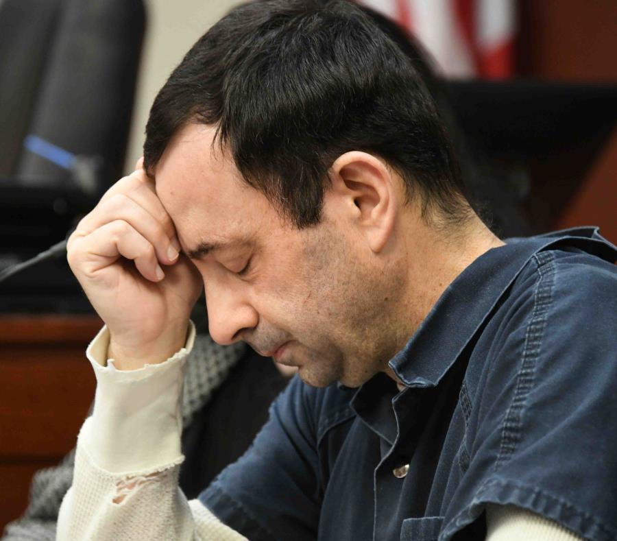 Larry Nassar, el doctor de la federación estadounidense, fue sentenciado a cumplir de 40 a 175 años de cárcel por abuso sexual. (Dale G. Young / Detroit News vía AP) (semisquare-x3)