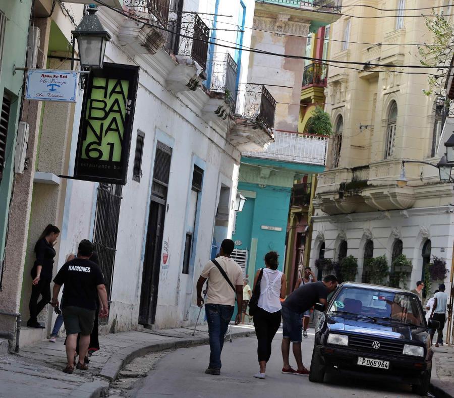 La imagen muestra a personas caminando en las calles de La Haba. (EFE) (semisquare-x3)