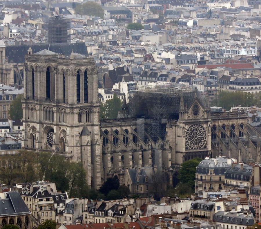 En la foto una vista aérea de la catedral de Notre Dame tras el incendio (semisquare-x3)