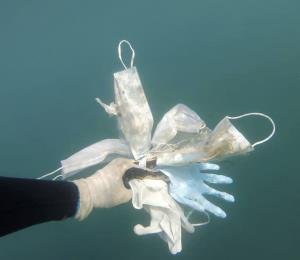 Mascarillas y guantes ensucian el lecho del Mediterráneo