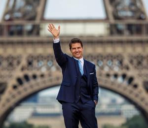 """Tom Cruise lleva su """"Mission Impossible"""" a la Torre Eiffel"""