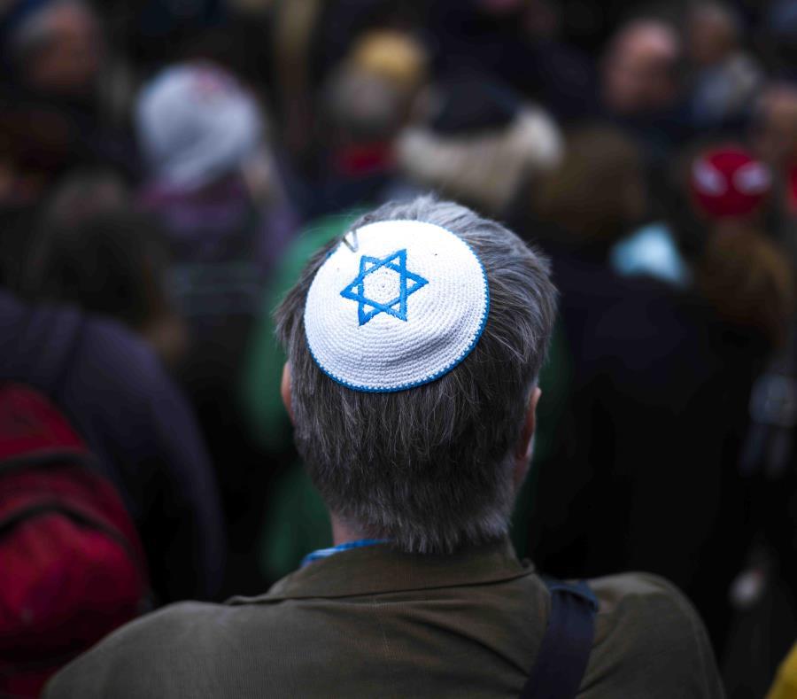 Fotografía de archivo del 25 de abril de 2018 de un hombre con un kipá durante una manifestación contra un ataque antisemita en Berlín. (AP/Markus Schreiber) (semisquare-x3)