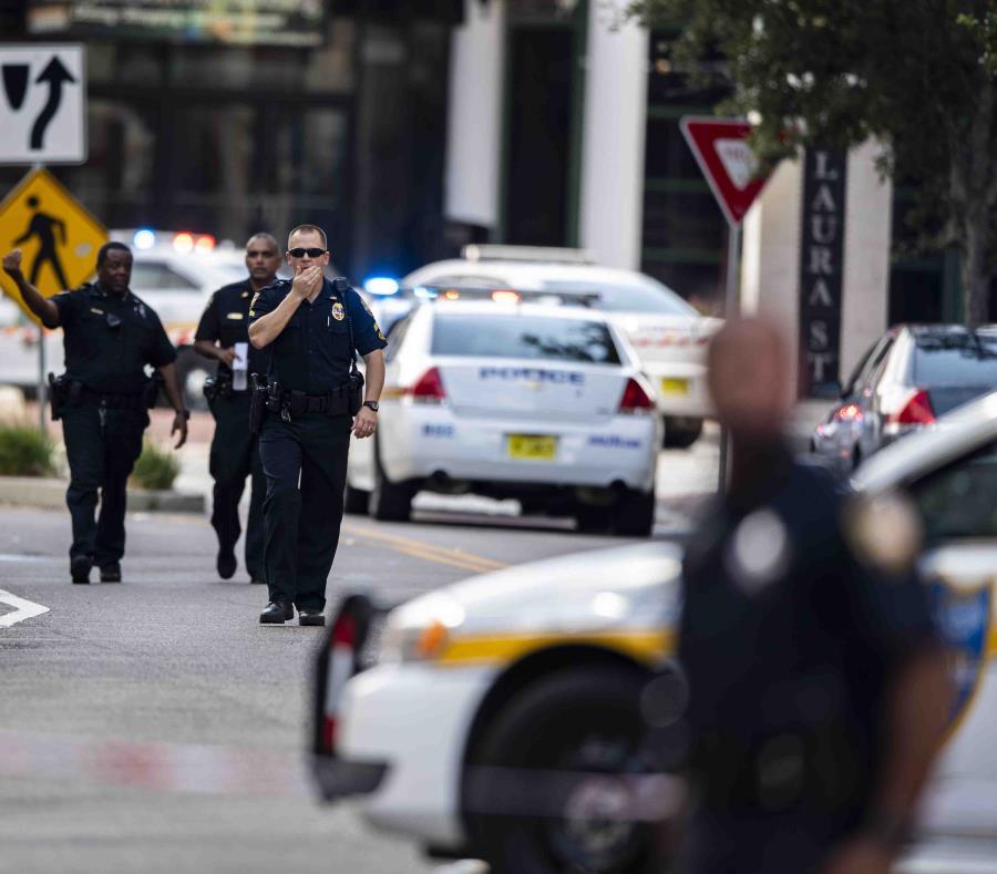 Imagen de archivo de agentes de la Policía de Florida frente a un centro comercial del estado. (AP) (semisquare-x3)
