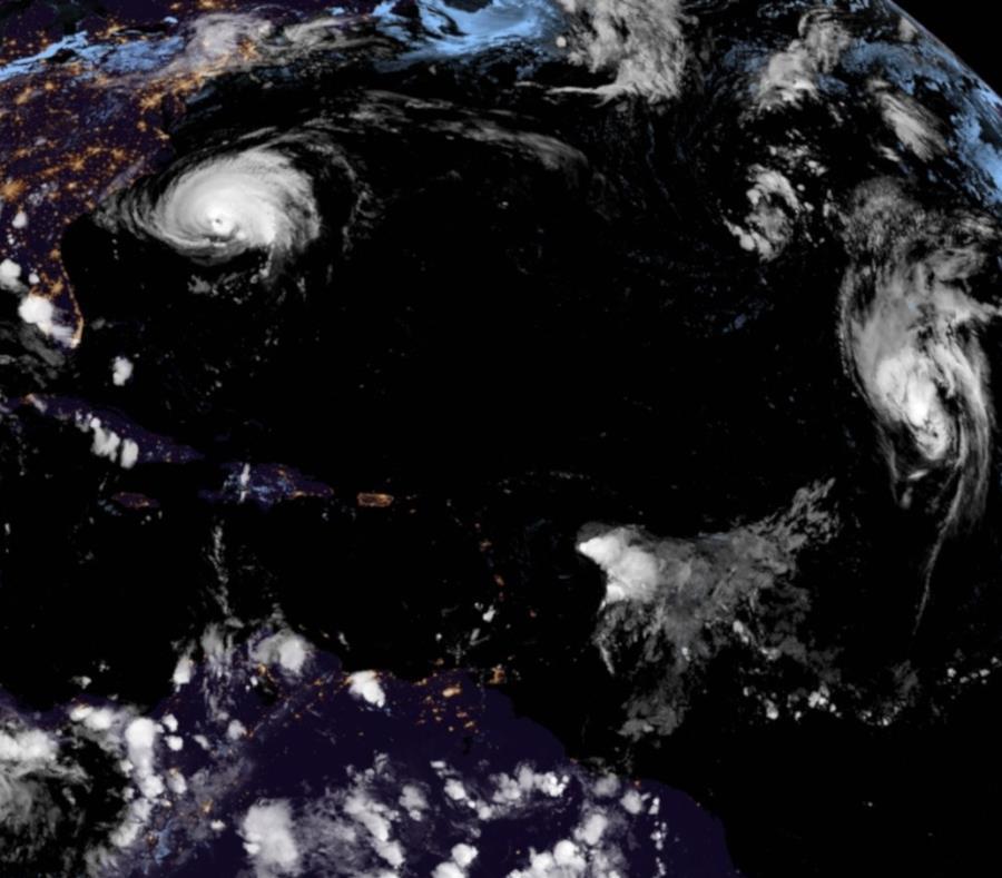 Vista del satélite GOES-16 que muestra los dos huracanes y las dos tormentas tropicales que atraviesan el océano Atlántico. (Captura / NOAA) (semisquare-x3)
