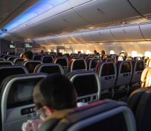 American Airlines no impondrá distancia entre asientos en sus vuelos pese a recomendaciones