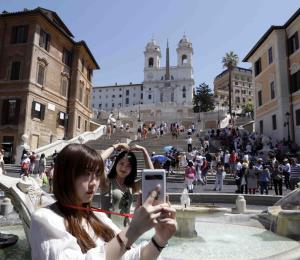 Roma prohíbe sentarse en escalinatas