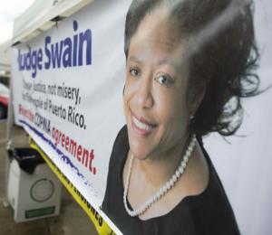 """Pedirán desestimación de cargos contra maestra acusada de """"llamadas hostigadoras"""" a la jueza Swain"""