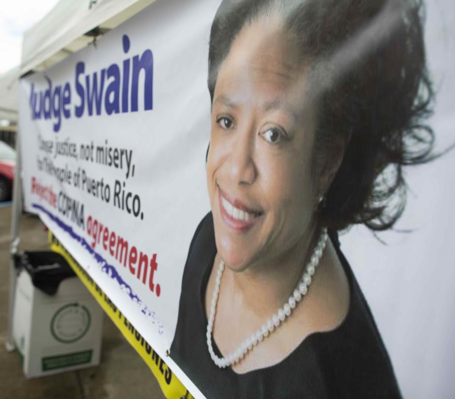 Una pancarta con la foto de la jueza Laura Taylor Swain a las afueras del Tribunal Federal en Hato Rey. (GFR Media) (semisquare-x3)