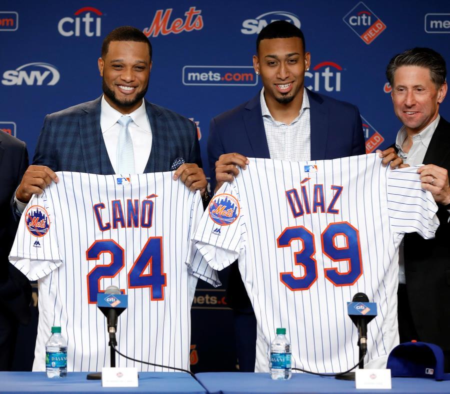 Canó y Díaz mostrando sus respectivas camisetas de los Mets. (AP) (semisquare-x3)