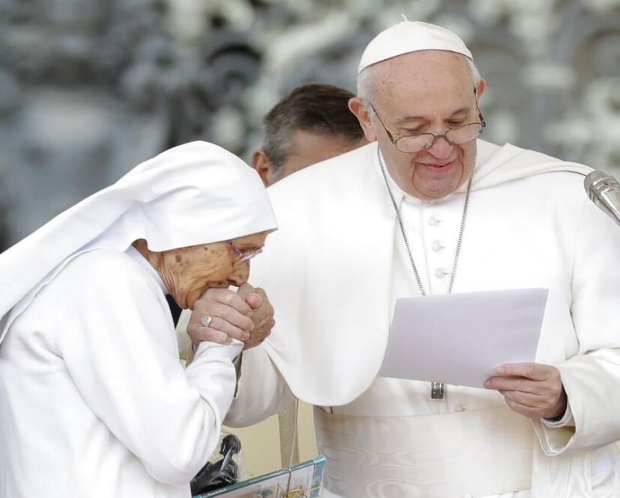 Sor María Concetta Esu le besa la mano al papa Francisco en la audiencia tradicional de los miércoles en la Plaza San Pedro, en el Vaticano (semisquare-x3)