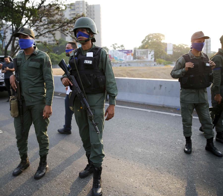 Se han visto a muchos militares con las cintas azules. (AP) (semisquare-x3)