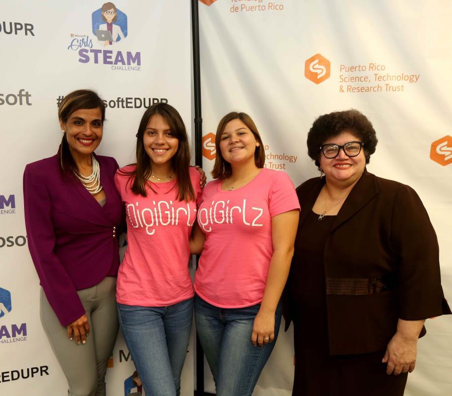 De izquierda a derecha, Keren Henriquez, directora de Educación de Microsoft Puerto Rico, Lesly Ann Rosa y Frannette Ocasio, integrantes de DigiGirlz, y Lucy Crespo, directora ejecutiva del Fideicomiso para Ciencia, Tecnología e Investigación (semisquare-x3)