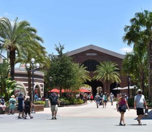 Reabre Disney Springs, pero el visitante asume el riesgo