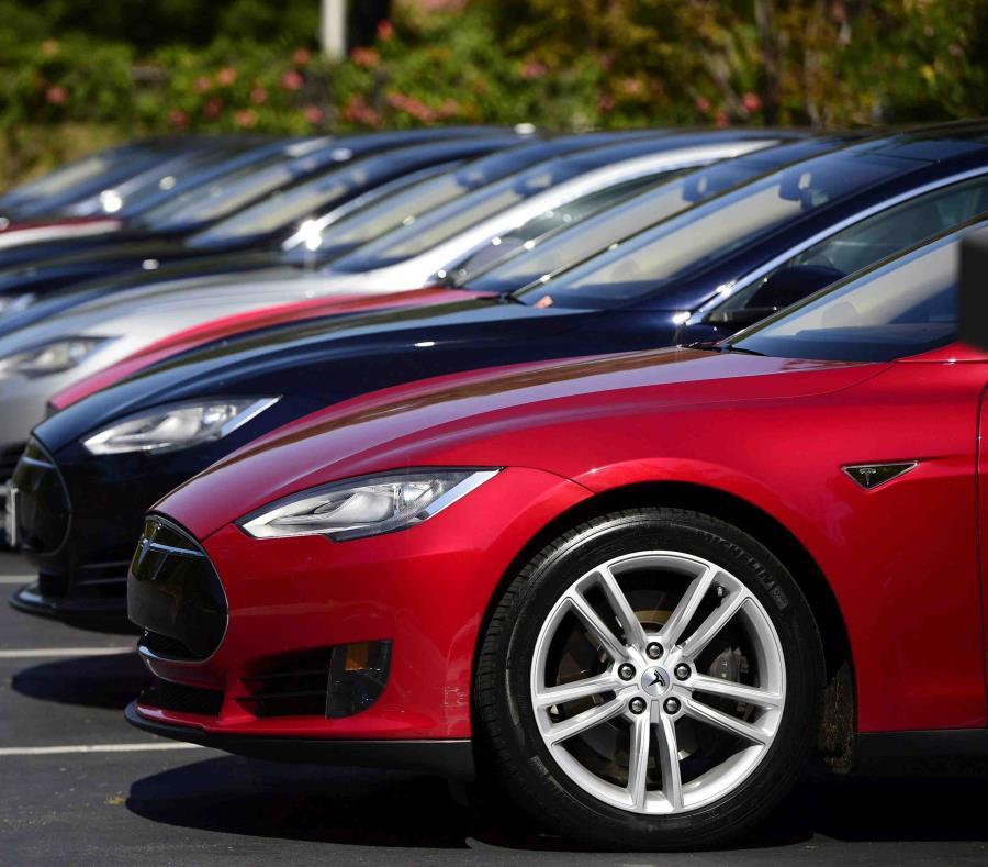 Consumer Reports señaló que pese a las promesas de Tesla de incorporar de fábrica el sistema de freno automático en los modelos S y X, la marca de autos eléctricos no lo ha hecho. (semisquare-x3)