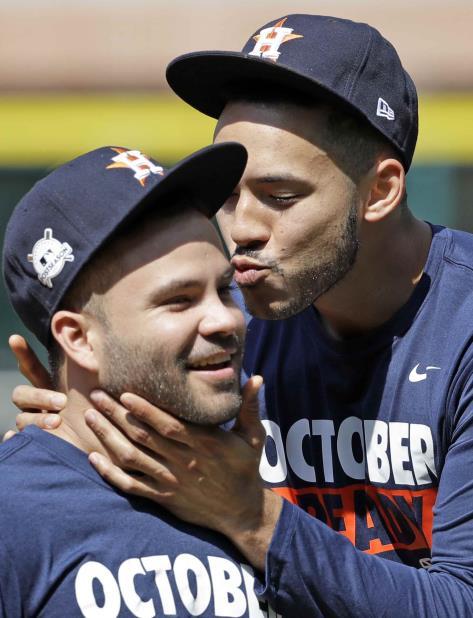 El campocorto boricua Carlos Correa (derecha) y el segunda base venezolano José Altuve comparten durante una práctica. (AP) (vertical-x1)