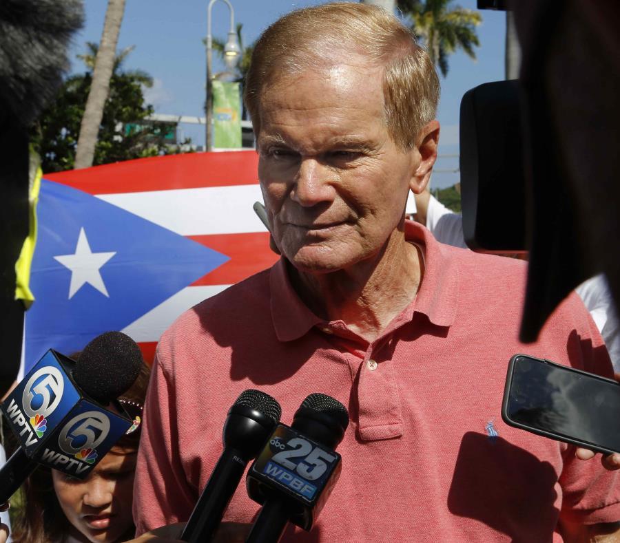 El senador de Florida Bill Nelson habla con reporteros durante un mitin en conmemoración al aniversario del paso del huracán María por Puerto Rico, el 22 de septiembre de 2018. (AP) (semisquare-x3)