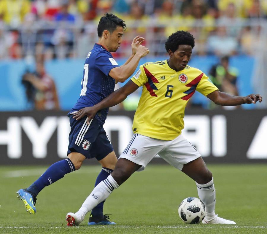 El colombiano Carlos Sánchez protege el balón durante el partido del grupo H entre Colombia y Japón. (AP) (semisquare-x3)