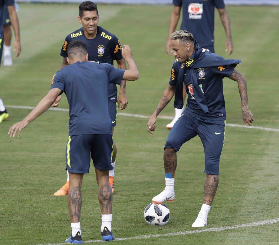 Neymar pisa un balón durante un entrenamiento de la selección de Brasil en Sochi, Rusia, el martes 19 de junio de 2018. (AP) (semisquare-x3)