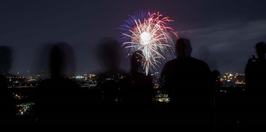 Fuegos artificiales alumbran la noche del martes en el Stringer's Ridge Park en Chattanooga, Tennessee. (AP) (horizontal-x3)